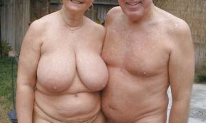 Зрелая пара голышём на заднем дворе фото
