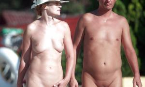 Зрелка с бритым лобком гуляет с мужем голышём фото