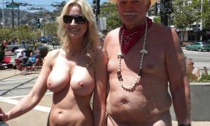 Зрелый мужик со своей сексуальной женой на публике без одежды