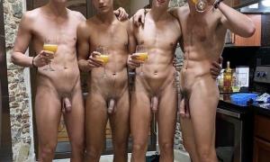 Четыри голых парня пьют пиво