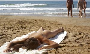 Сексуальная подружка на нудистском пляже 1 фото