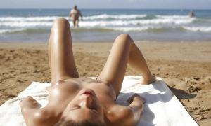 Сексуальная подружка на нудистском пляже 10 фото