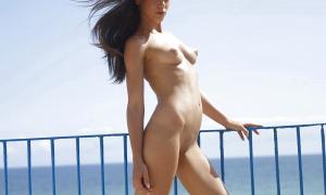 Сексуальная подружка на нудистском пляже 15 фото