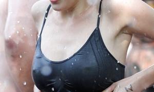 Мокрая красотка на публике в маечке фото
