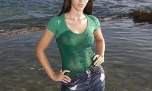 Мокрая красотка одетая в воде фото
