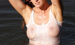 Мокрая красотка с большой грудью в маечке