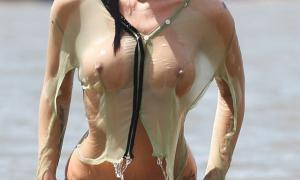 Мокрая вышла из воды сиськи просвечиваются через блузку