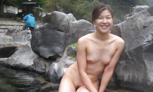 Японка голая в парке сидит в воде фото