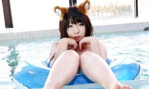 Японка в бассейне показывает пухлую пиздёнку фото