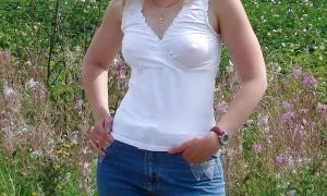 В просвечивающейся одежде 105 девушка на полу с красивым телом фото