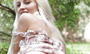 Аппетитный задок сексуальной блондинки фото