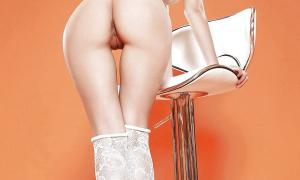 Красивая в одних чулках демонстрирует свой сексуальный задок фото