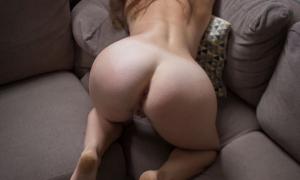 В уголку на диване голая в позе раком фото