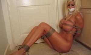 Связанная сексуальная блондинка фото