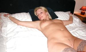 Связанная в постели красивая блондинка фото