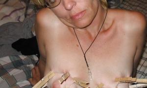 Женская грудь в прищепках фото