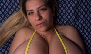 Большая грудь у молодой