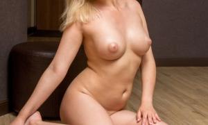 Девуля блондинка в самом соку с шикарной пухлой грудью фото
