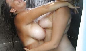 Две толстушки под душем фото