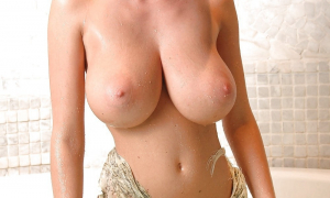 Молодая с большой натуральной грудью фото