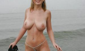 Молодая с шикарной грудью на пляже фото