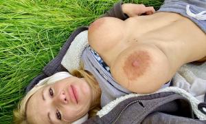 На природе обнажила пухлую грудь фото