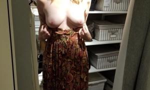 Обнажила красивую грудь и улыбается фото
