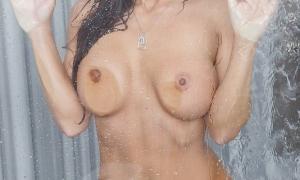 Прижалась голыми сиськами к стеклу 47 фото