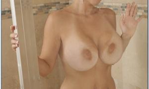 Прижалась голыми сиськами к стеклу 48 фото