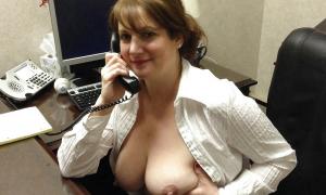 Секретарша вывалила сиськи фото