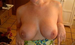 Замужняя женщина дома обнажила большую грудь фото