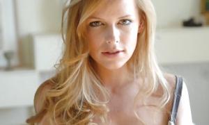 Блондинка обнажила грудь фото