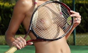 Блондинка с тенисной ракеткой фото