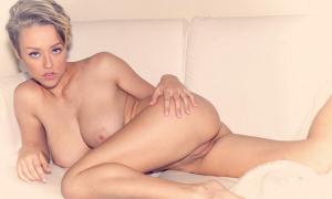 Голая блондинка лежит выставив пухлую киску фото
