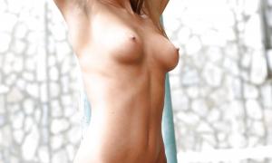 Голой киской блондинка на периле сидит фото