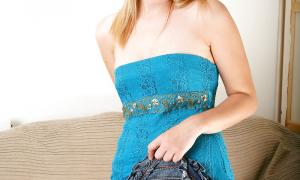 Люблю когда красивая девушка без белья задирает вверх платье фото