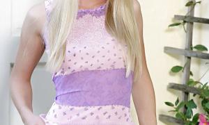 Очаровательная блондинка задирает платье вверх фото