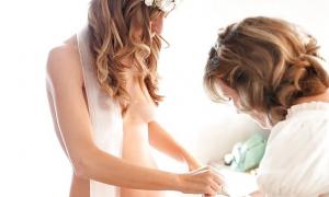 Мама наряжает свою дочку в невесту фото