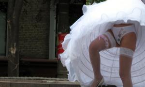 Невеста на улице в интимном белье