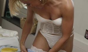 Невеста одевает подвязку на ножку