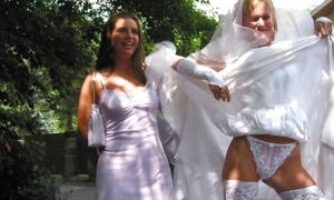 Невеста откровенно показала трусы