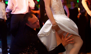 Невеста шалит на свадьбе с женихом