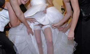 Невеста в белых трусиках и её подружки фото