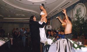 Невеста в нижнем белье на свадьбе перед женихом