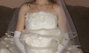 Невеста в платье бе трусов широко раздвинула ноги