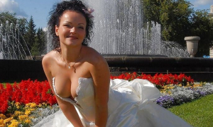 Невеста в платье с глубоким декольте фото