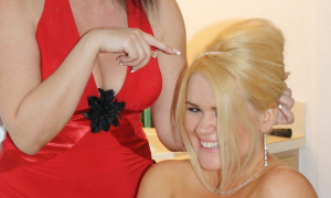 Невесте без лифчика делают причёску