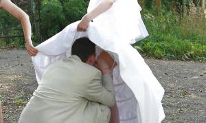 Невесту целует между ног