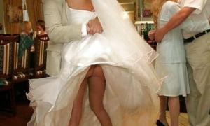 Платье поднял засветил невесты попку