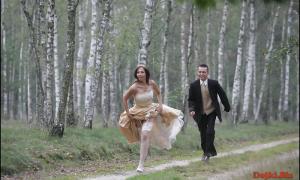 В лесу жених бежит за невестой фото
